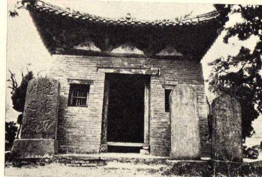 Unknown small structure on the grounds of the Shaolin Temple.  This picture was taken prior to the 1928 fire.