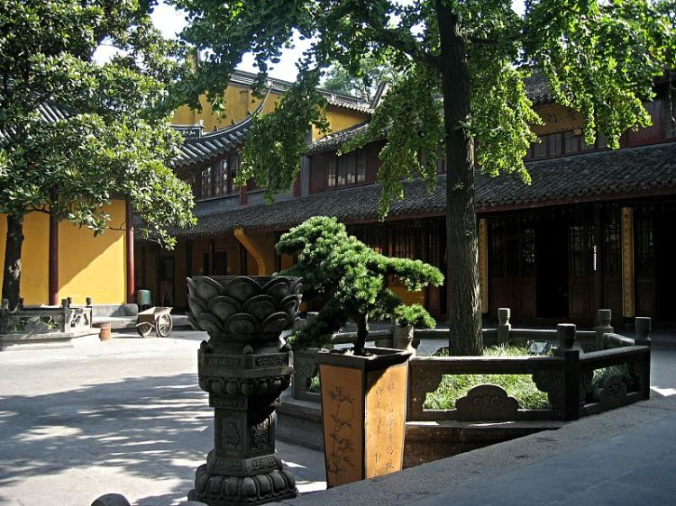An interior courtyard of Longhua Temple in Shanghai, China.  During 1927 the Right wing of the Nationalist party executed suspected communists from across Shanghai at this temple.  Source: Wikimedia.