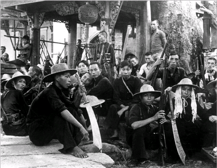 A Chinese guerrilla team armed with rifles and dadaos near Guangzhou in 1941.  Source: Vintage War photograph, Everett Collection.