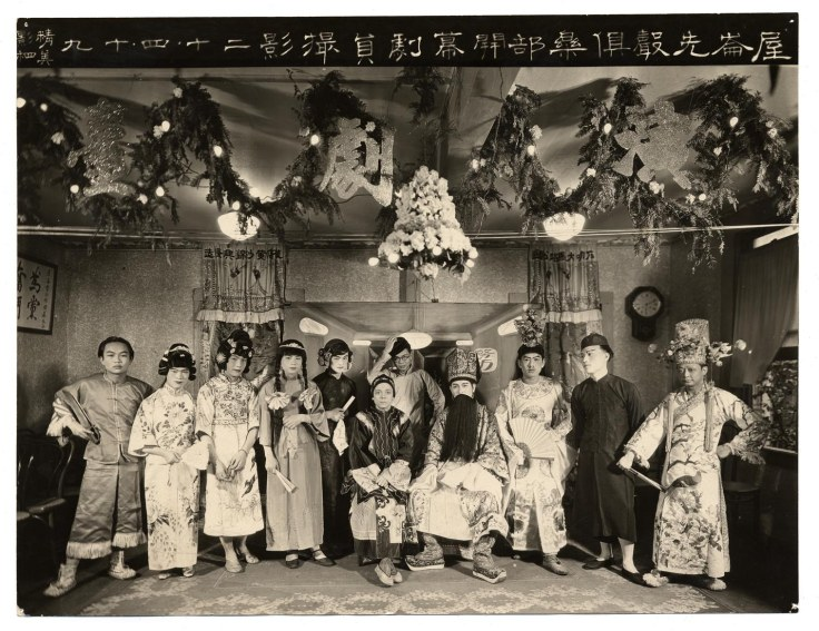 An amature Cantonese Opera group (all male) in Oakland, 1924.  Note that the singer on the far left carries a set of older hudiedao with interestingly shaped blades.