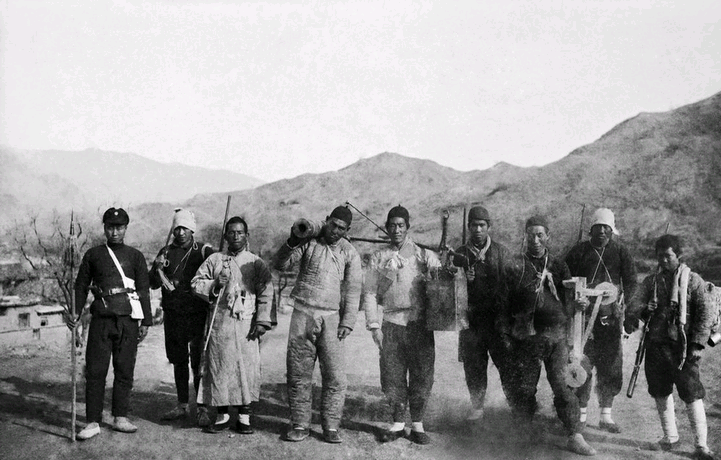 Militiamen with homemade weapons head to the front.  Photograph by Sha Fei, 1938-1940.
