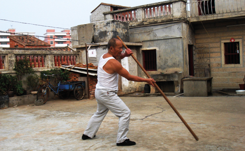 Sugong demonstrates a pole form.