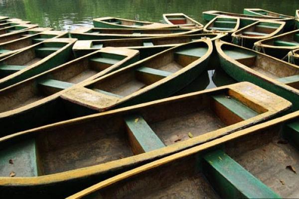 Boats in Foshan's Zhongshan Park.  Source: Wikimedia.