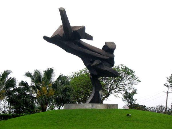 Ju Ming Tai Chi sculpture in Jinshan, Taipei.  Source: by Allen Timothy Chang at Wikimedia.