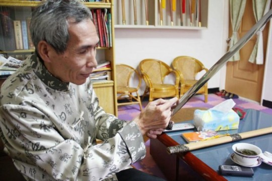 Chen Shih-Tsung examines a blade that he made.  Source: http://www.theepochtimes.com