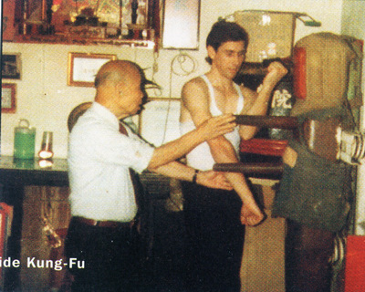 Chan Hon Chung instructing a student on the wooden dummy.  Source: www.arti-marziali.it/Visionario.php
