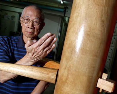 Chu Shong Tin demonstrates the wooden dummy.  Source: www.taodewan.com