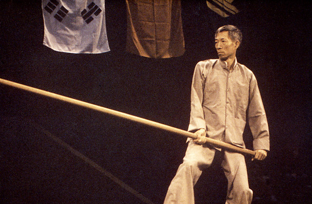 Chu shing Tin demonstrating the pole form. Source: www.wingchun.edu.au