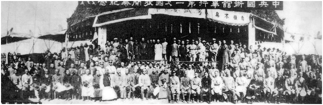 A group photo of organizers and athletes at the 1928 National Guoshu Examination.