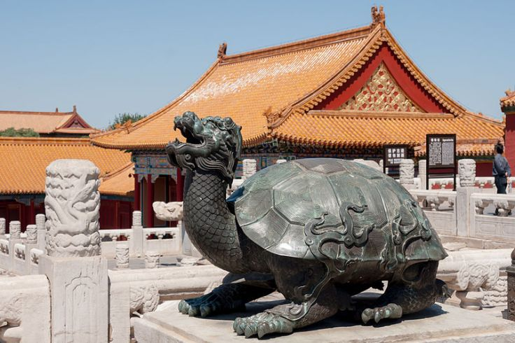 Large Bronze Tortoise in the Forbidden City, Beijing.  Source: Photo by CEphoto. Uwe Aranas.  CC-BY-SA-3.0