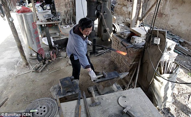 Jia Huaijin in his workshop.  Source: dailymail.com
