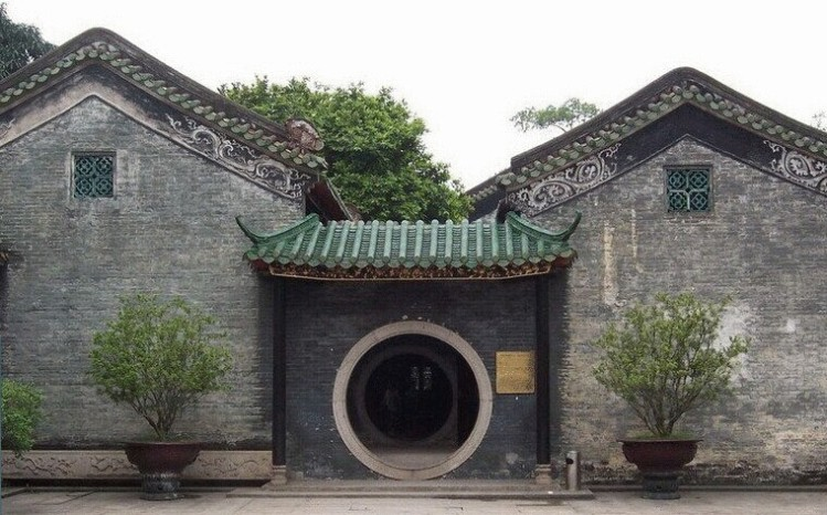 A doorway in the famed Liang Yuan garden of Foshan.  Source: Wikimedia.