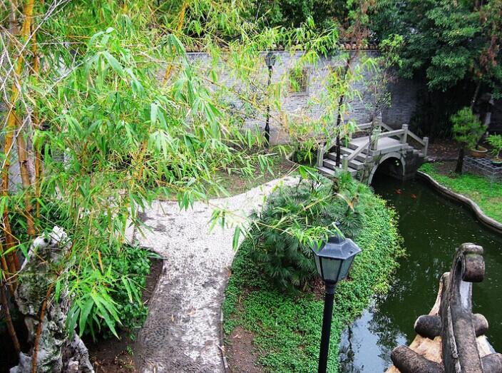 A water feature in the Liang Yuan Gardens.  Source: Wikimedia (CC).