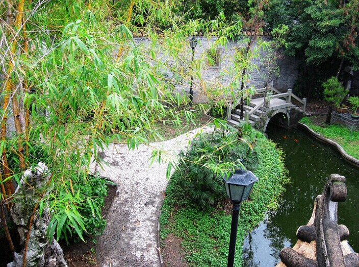 A water feature in the Liang Yuan Gardens.  Source: Wikimedia (CC).