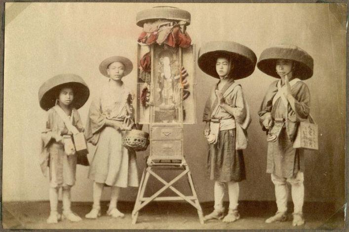 A group of Japanese pilgrims circa 1925.  Source: Wikimedia.