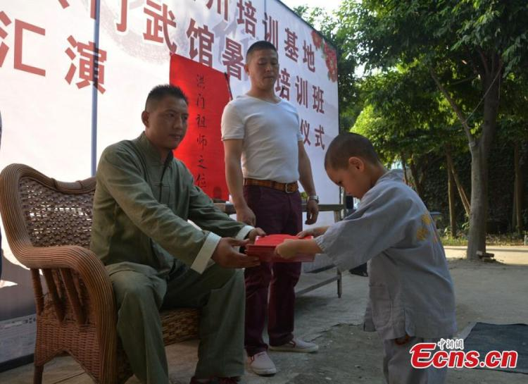 A new student being accepted as a disciple in Chengdu. Source: http://www.ecns.cn