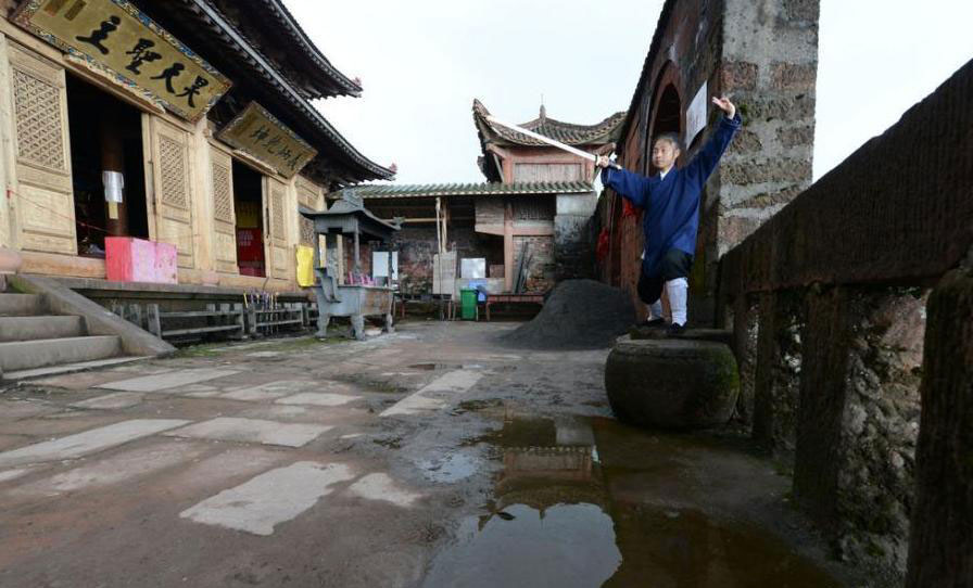 25-year-old master Zhong Siyuan practices martial art at the Yuhuang Temple in Luzhou city, southwest China's Sichuan province. Source: china.com.cn