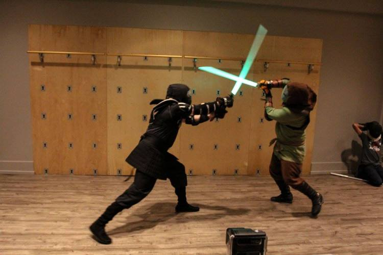 Darth Nonymous (left) faces off against John Solomon (right). Solomon is using the Krayt's Eye guard to counter a strong overhead blow.  Source: TPLA, photo by RiaFrequency.