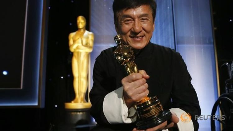 jackie-chan-poses-with-his-honorary-award-at-the-8th