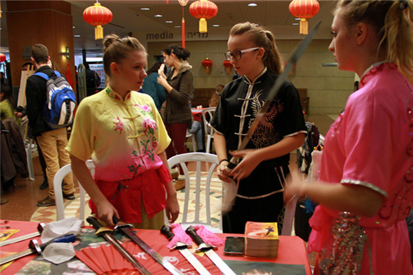Students examine Chinese swords that were part of a Confucius Institute martial arts demonstration in Israel. Source: CCTV