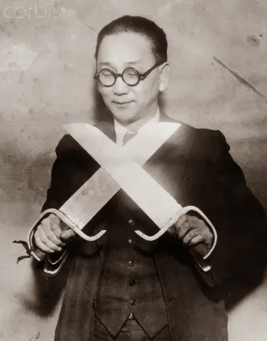 Eddie Gong holding a pair of Hudiedao.